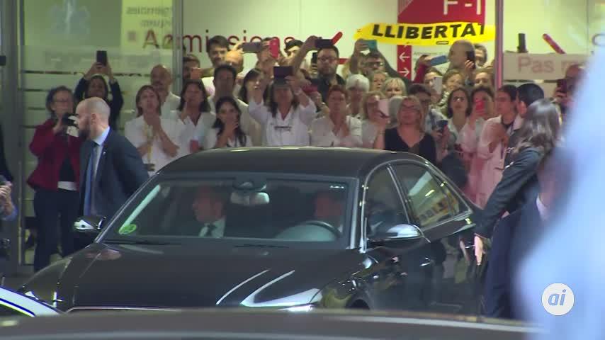 Sanitarios abuchean a Pedro Sánchez al dejar el Hospital Sant Pau