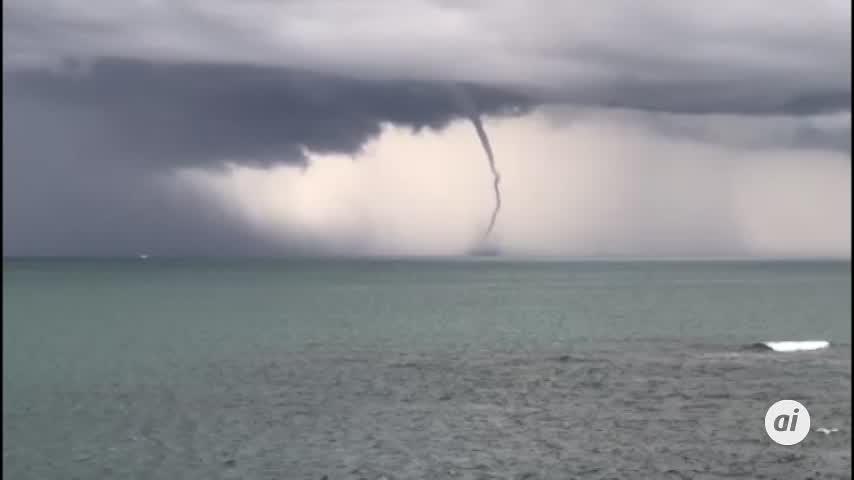 Un espectacular tornado se pasea frente a las playas de Cádiz capital