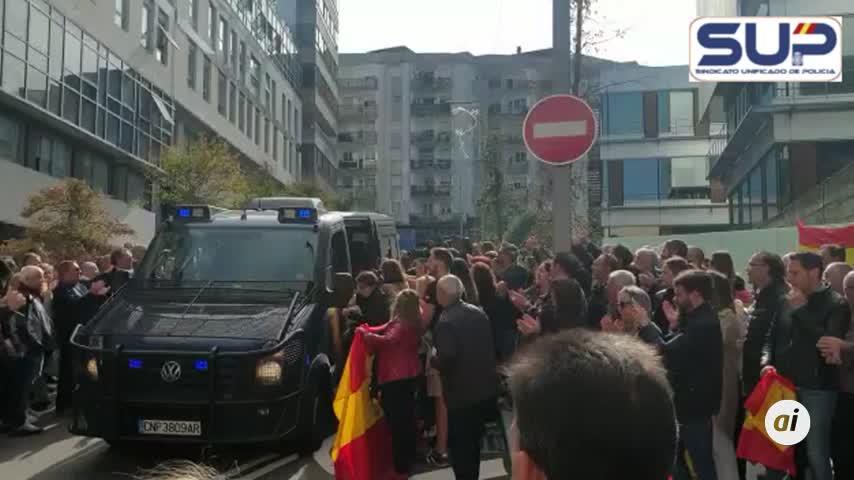 Vigo recibe entre aplausos a los policías que vuelven de Cataluña