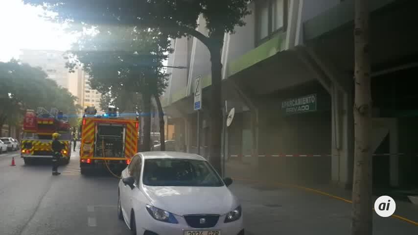 Los bomberos de Málaga intervienen en el incendio de un garaje