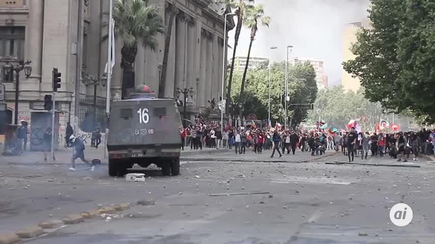 Los cambios que Chile pide en la calle chocan con la Constitución