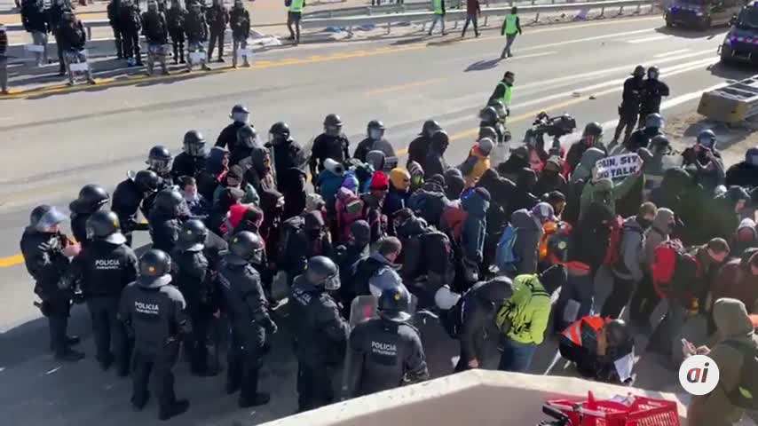 Manifestantes de Tsunami huyen de la Guardia Civil campo a través