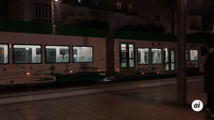 El tranvía que se convirtió en tren también circula por las noches