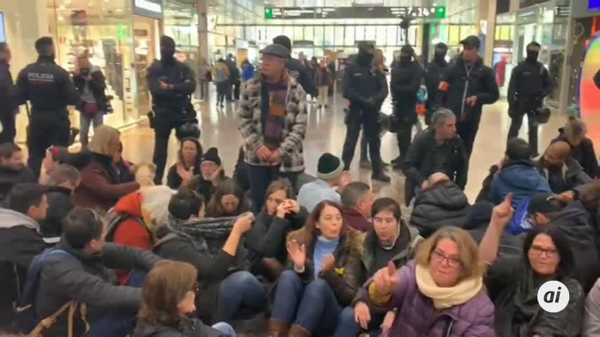 Unas 100 personas se sientan en la estación Barcelona Sants
