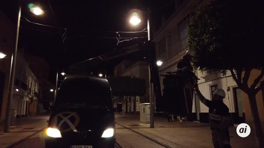 La iluminación de Navidad comienza a instalarse por la calle Real