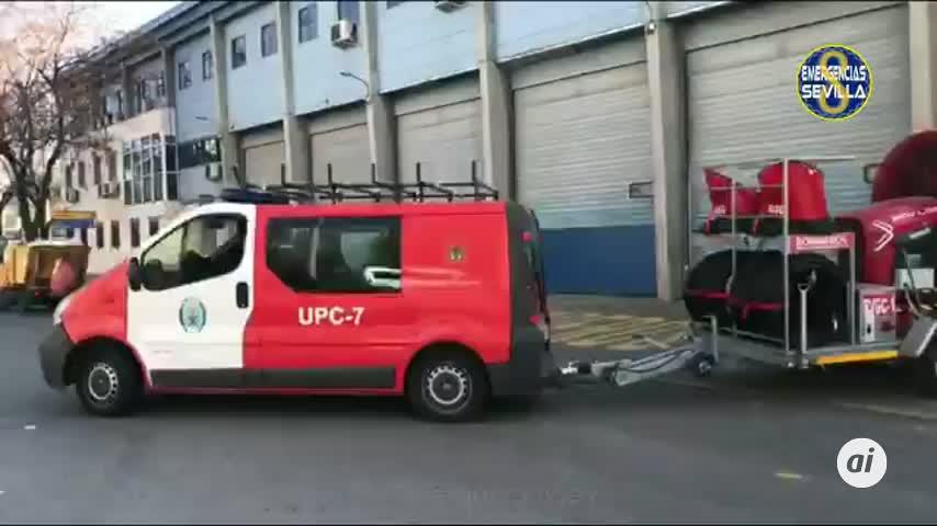 Bomberos extinguen el incendio en un concesionario en Sevilla