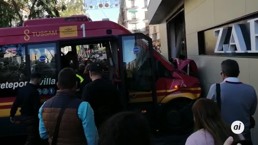 Diez heridos tras chocar un autobús contra un escaparate en Sevilla
