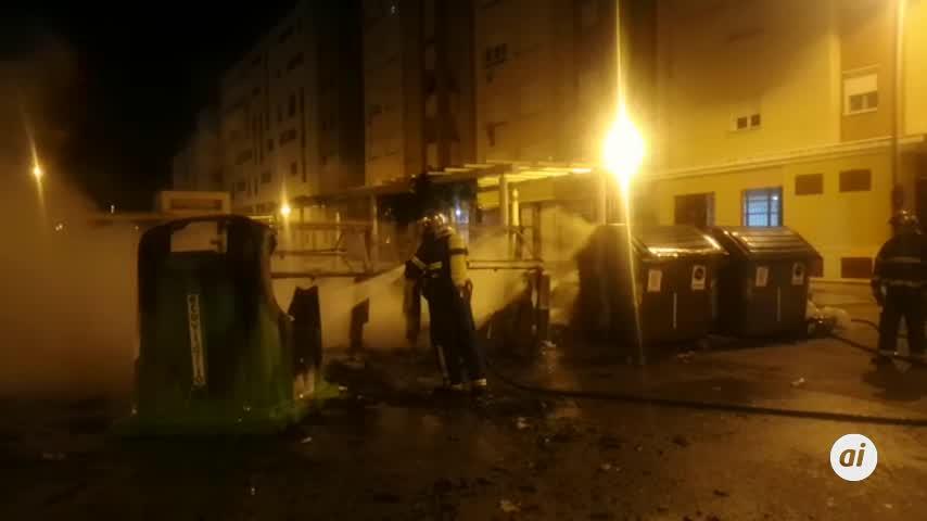 Arden cuatro contenedores de residuos en la calle Viento del Sur