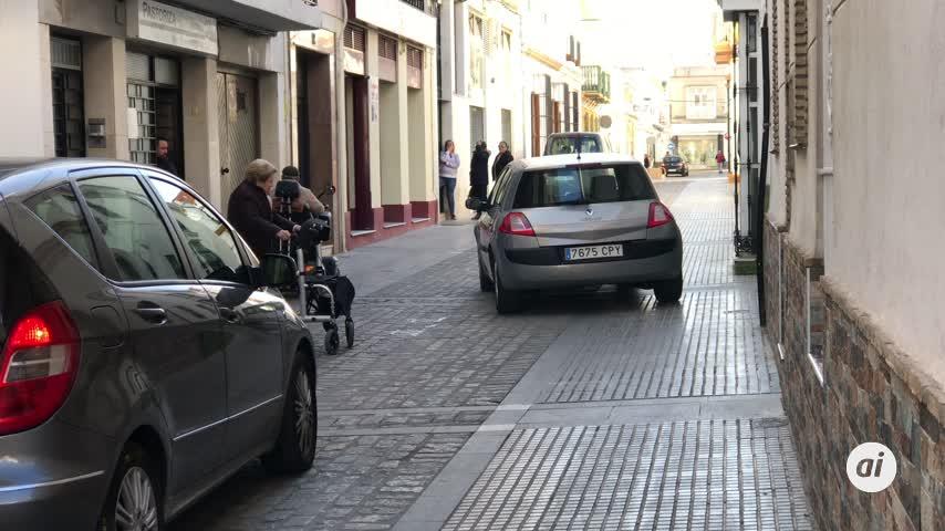 La guerra de una anciana contra los estacionamientos en las aceras