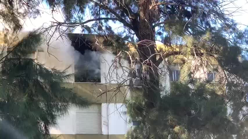 Un incendio calcina el salón de una vivienda en La Granja