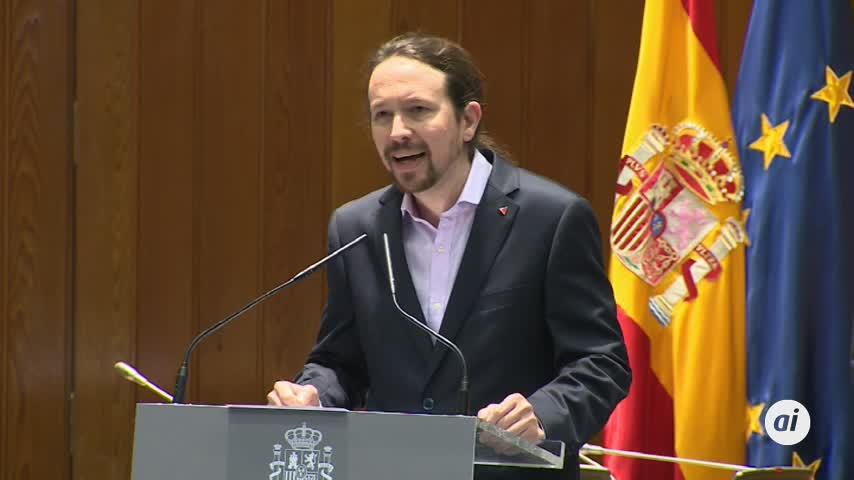 Pablo Iglesias, sin corbata, toma posesión de su cargo