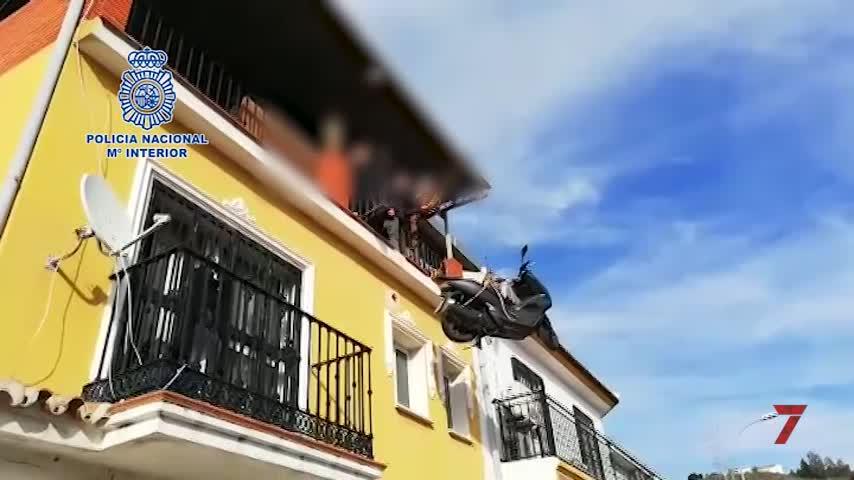 Recuperan de la azotea de una vivienda de Málaga una moto robada