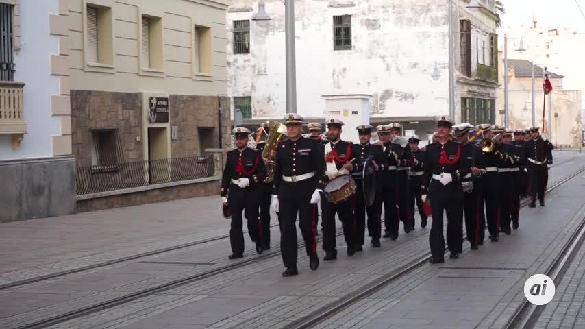 San Fernando anochece con el solemne arriado de la bandera de España