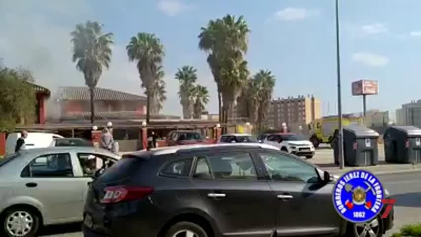Aparatoso incendio en un mesón de la avenida de Arcos