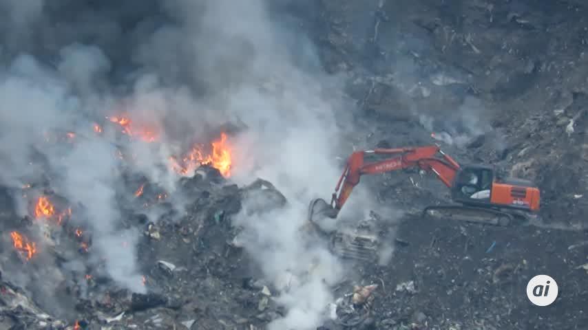 La maquinaria comienza a trabajar para extinguir el fuego en Zaldibar