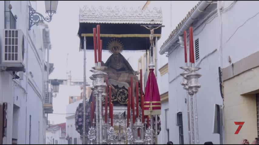 Las Angustias evoca el pasado en el Vía Crucis de las hermandades