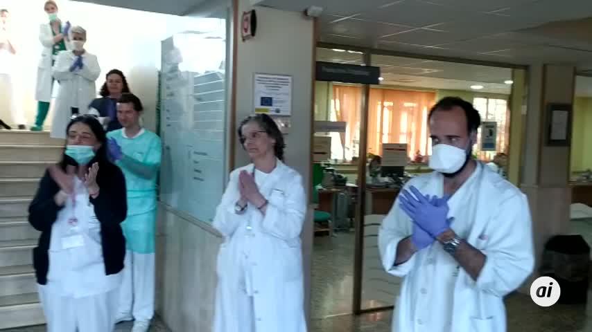 Sanitarios del CEP Virgen de la Cinta aplauden a los ciudadanos