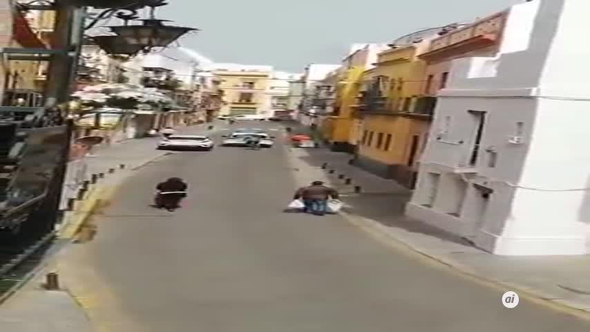 Un patrullero controla las calles de la Macarena con música cofrade