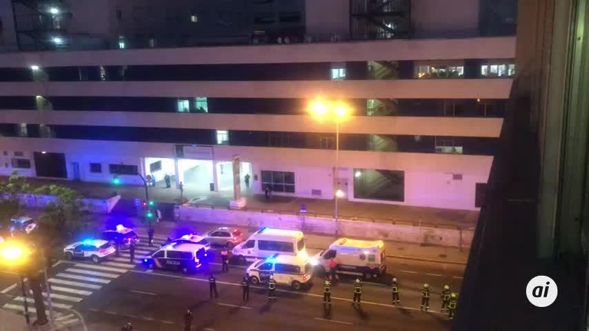 El emocionante 'aplauso' de policías y ambulancias al Puerta del Mar