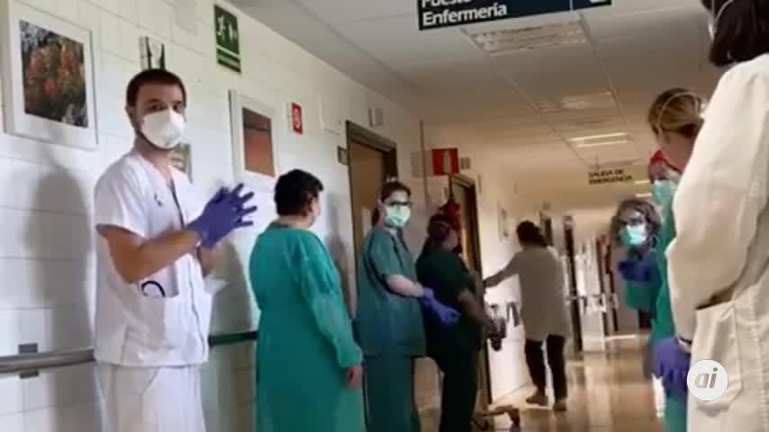 Emotiva despedida a un paciente que recibe el alta en Huelva