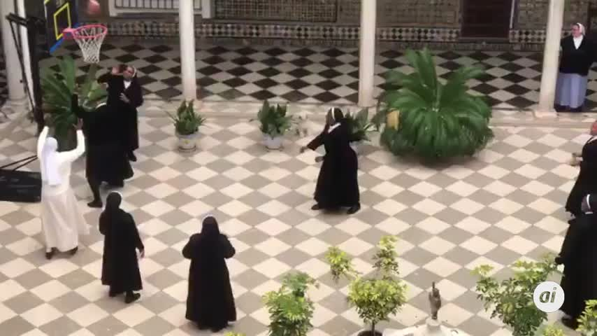 Las monjas de San Leandro dejan los dulces por mascarillas y canastas