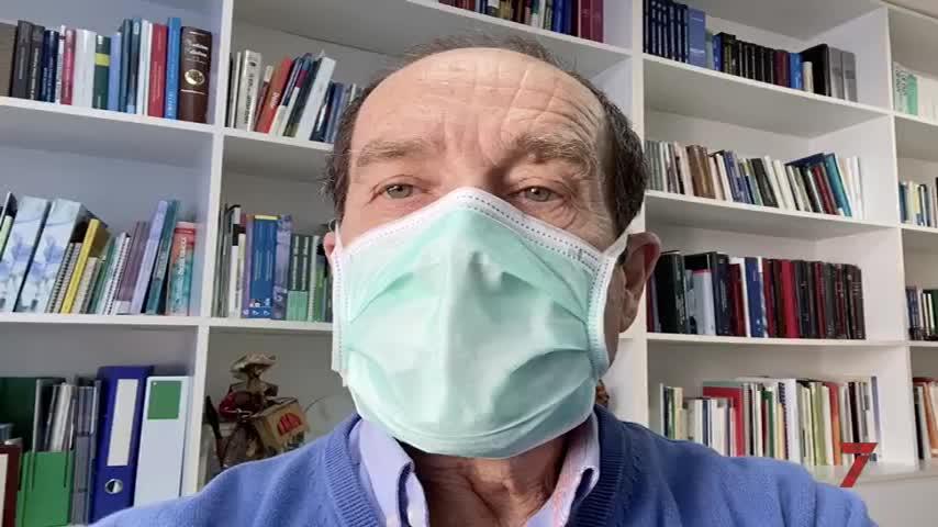 El doctor Torres da instrucciones para el buen uso de la mascarilla