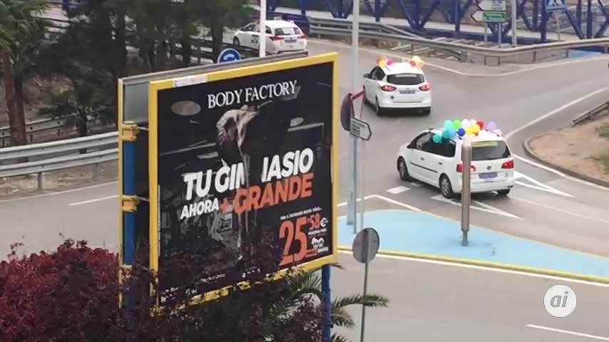 Taxistas rinden homenaje a los niños de Algeciras con una caravana