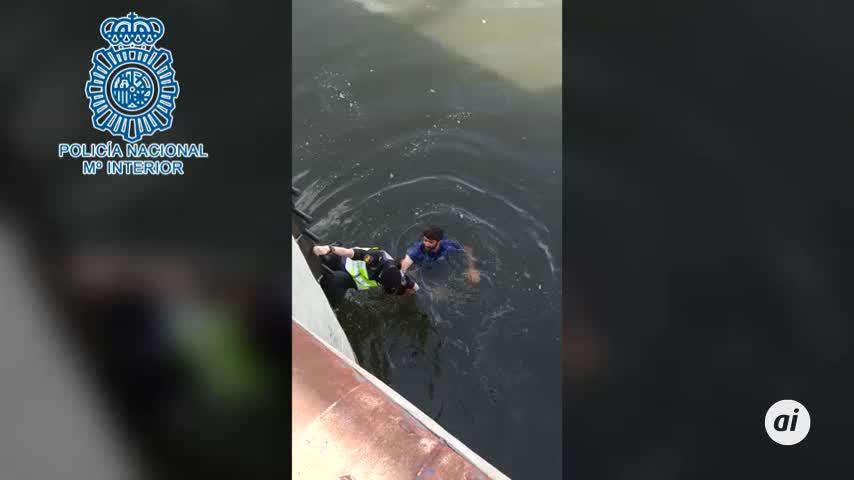 Un ciudadano y una policía nacional se lanzan al río a salvar un perro