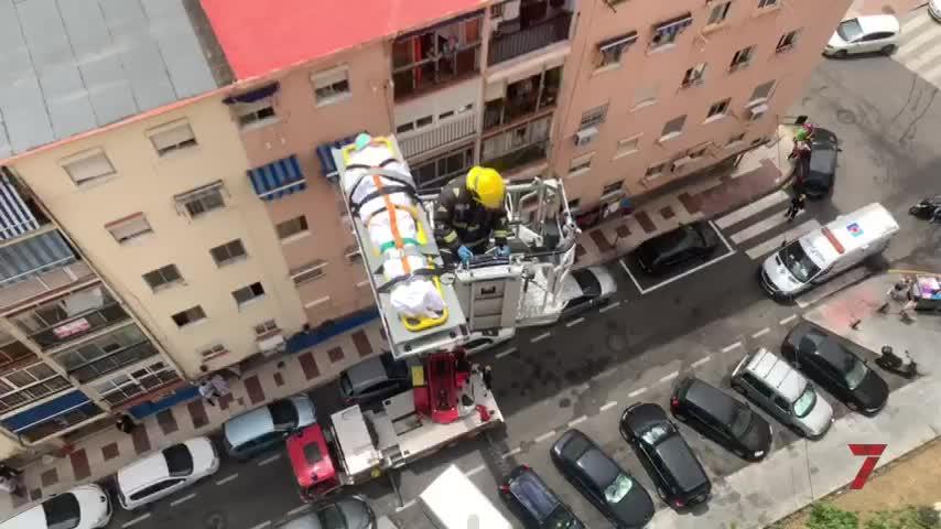 Los bomberos rescatan a un hombre  de 90 años caído en su casa