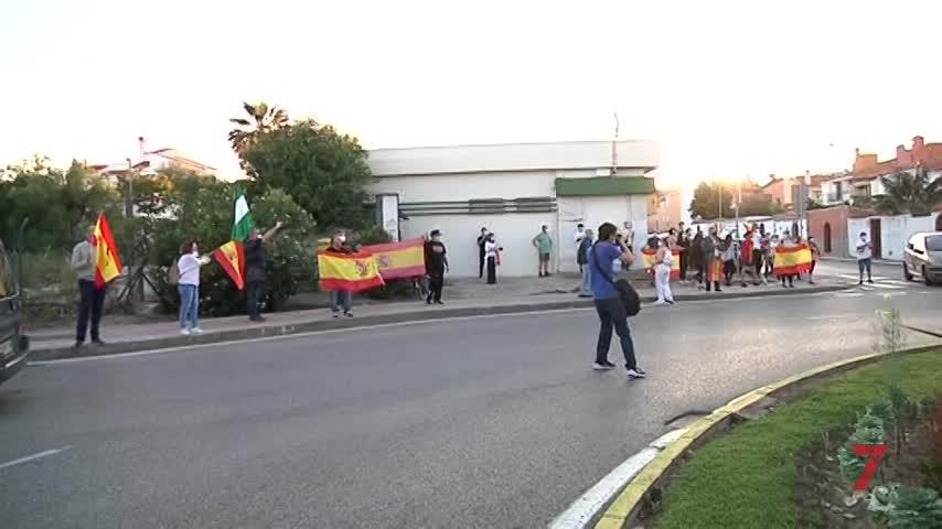 Pasea ante la cacerolada de Algeciras con una bandera comunista