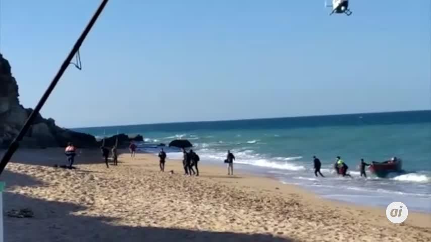 Una patera con doce migrantes alcanza la playa de Roche en Conil