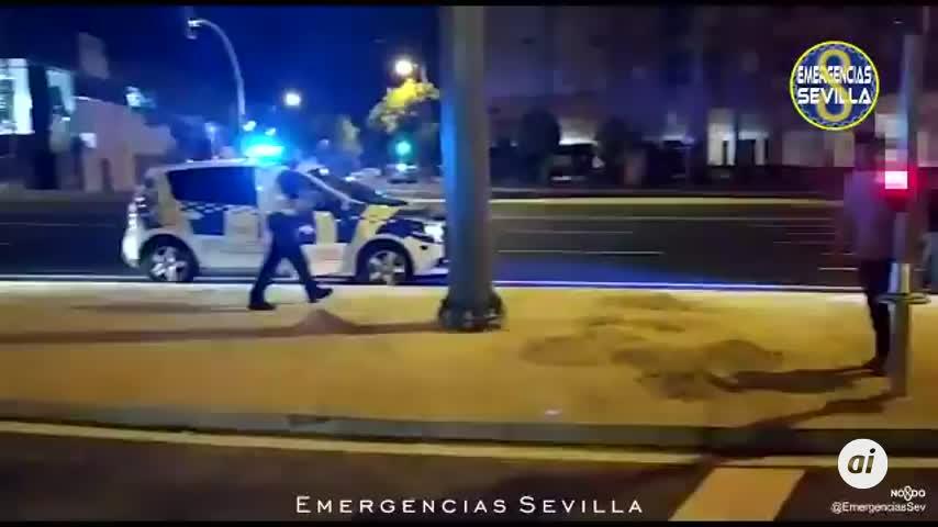 Un conductor borracho sale ileso tras empotrarse con un semáforo