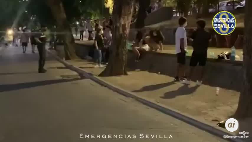Policía Local de Sevilla actúa ante once puntos con botellonas