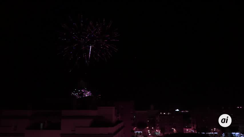 Los fuegos artificiales a tres bandas despiden la Feria que no fue