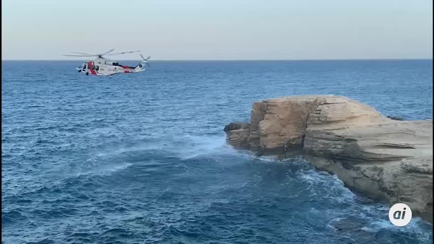 Un helicóptero rescata a una persona encaramada a una roca en Rodalquilar