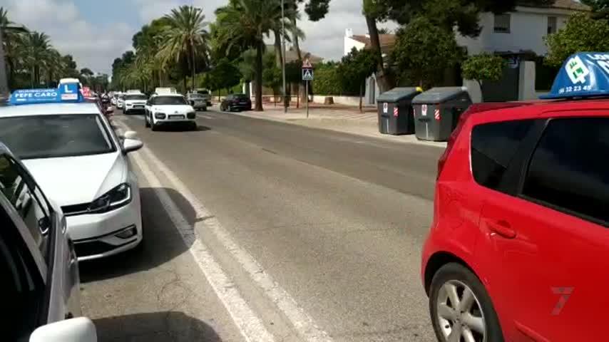 Caravana kilométrica de las autoescuelas en Jerez por la falta de examinadores