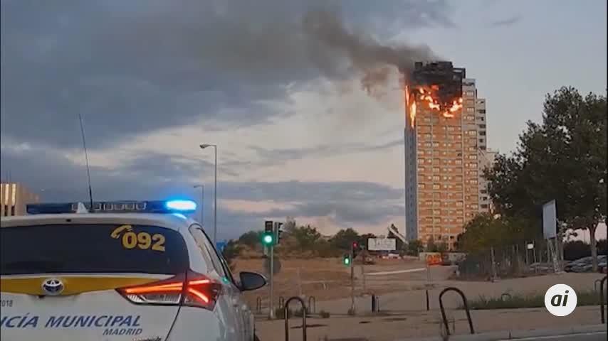 Un gran incendio devora los pisos superiores de una torre del norte de Madrid