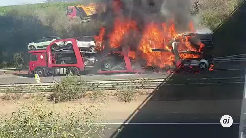 Cortada la A-49 en Isla Cristina por el incendio de un camión con seis vehículos