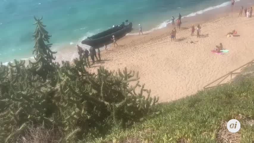 Bañistas de los Caños alucinan: llega una embarcación con droga en pleno día