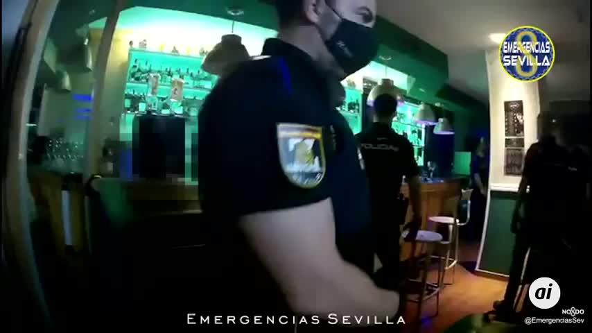 La Policía desaloja un bar en Betis con la gente escondida en los baños