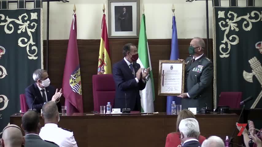 El alcalde hace entrega de la Medalla de Oro de la Ciudad a la Guardia Civil