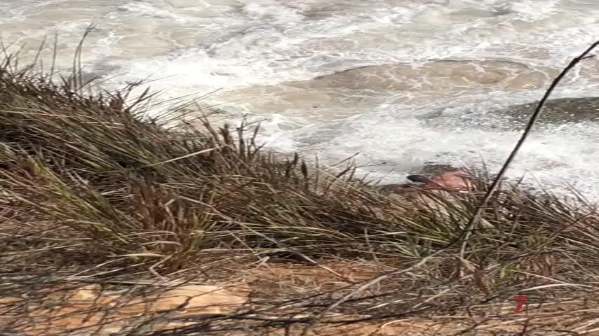 Salvamento rescata a un hombre que quedó atrapado al subir la marea en Los Caños