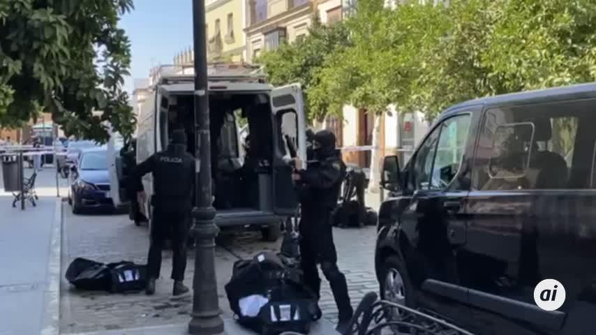 La Policía cerca la casa de un hombre atrincherado que amenaza con un arma