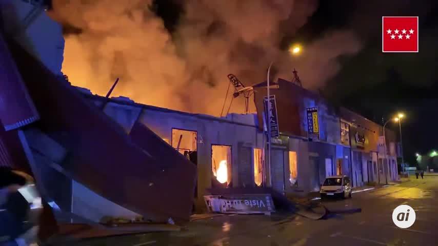 Virulento incendio de una nave industrial en un polígono de Fuenlabrada