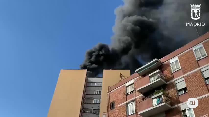 Un incendio en un edificio de 13 plantas deja una gran columna de humo en Madrid