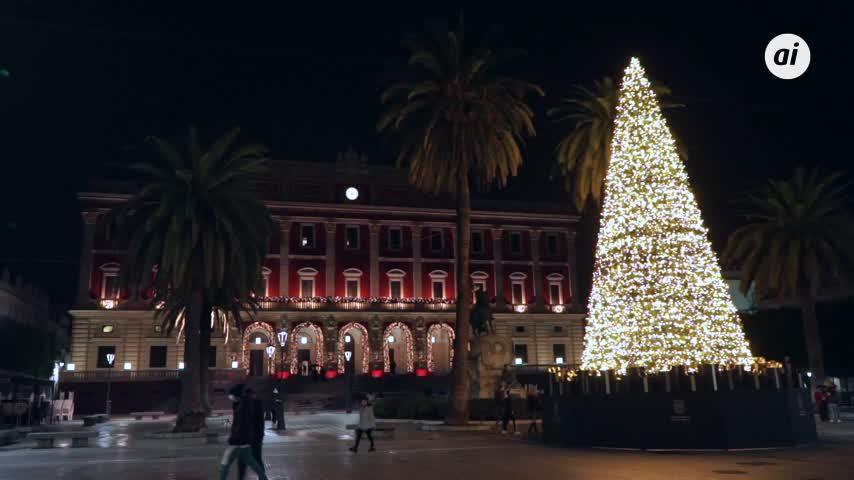 El alumbrado extraordinario de Navidad realza el extraordinario edificio del Ayuntamiento