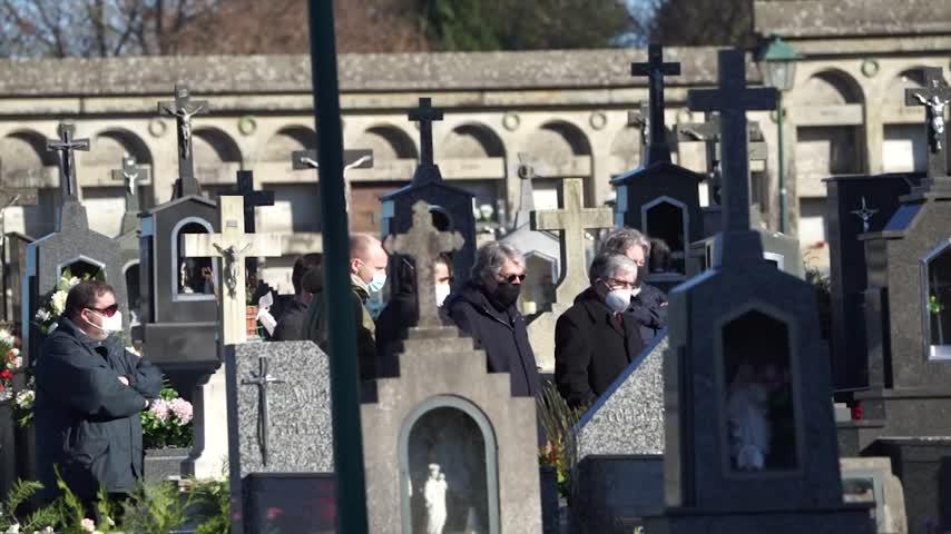 Rosario Porto es enterrada en el Cementerio de Boisaca ante una docena de personas