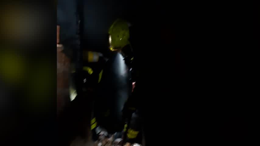 Bomberos sofoca un incendio en el bajo de un edificio de cinco pisos en Cayetano del Toro