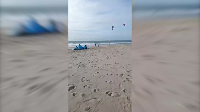 SOS en la playa de Camposoto por una viga de hierro convertida en una trampa mortal