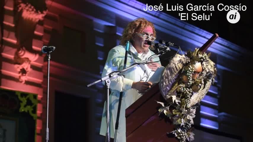 Año 2015, el pregón de El Selu cantando bajo la lluvia en el atrio del Ayuntamiento